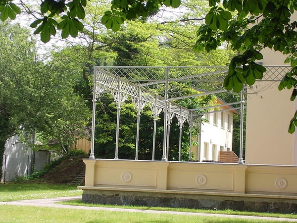 Im parkartigen Garten des denkmalgeschützten ehemaligen Hotel Schmidts liegt Ihr Ferienhaus.