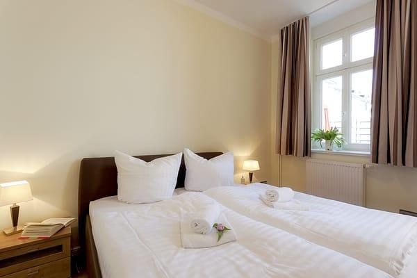 Ein  Doppelbett im Schlafzimmer sorgt für einen erholsamen Schlaf. Das Schlafsofa im Wohnbereich lässt sich im Handumdrehen für die dritte und vierte Person in ein weiteres Schlafgemach umwandeln.