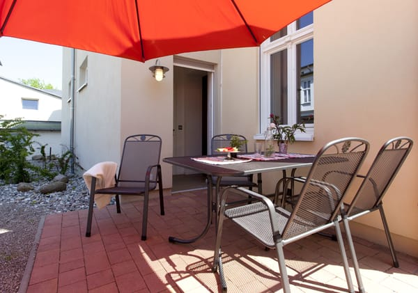 Auf der Terrasse m. Nord-West-Ausricht. können Sie bei einem Gläschen Wein den Urlaubstag Revue passieren lassen.