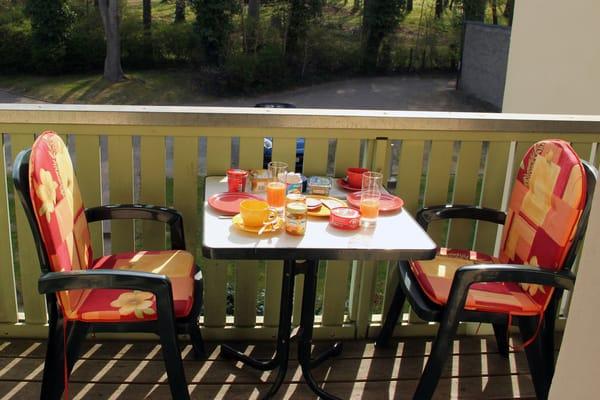 Balkonfrühstück mit Morgensonne