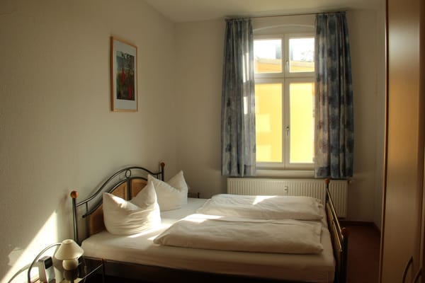 großzügiges Schlafzimmer mit Doppelbett und zusätzlicher Doppelliege