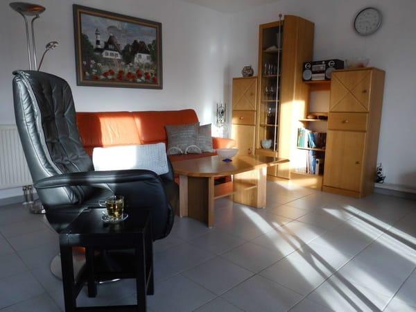Die Couch im Wohnzimmer ist ausziehbar und bietet 1 weiteren Person einen Platz zum Schlafen.