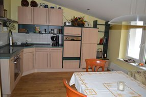 gemütliche Wohnküche mit großem Esstisch