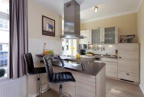 Die moderne im Wohnbereich integrierte Küchenzeile mit einer Theke, für d. schnelle Frühstück o. den Snack zwischendurch, bietet Ihnen alles was Sie für d. Zubereitung Ihrer Lieblingsspeisen benötigen