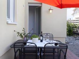 Auf der gemütlichen Terrasse mit Nord-West-Ausrichtung können Sie sich vom Alltagstrubel erholen und den Tag ausklingen lassen.