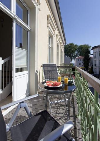 Zusätzlich verfügt das Appartement im Erdgeschoss einen vom Wohnbereich abgehenden kleinen Balkon mit Süd-Östlicher-Ausrichtung.