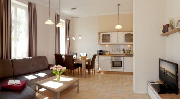 In dem großzügigen Wohnbereich wartet eine gemütliche Sitzecke mit bequemen Polstermöbeln zum Entspannen auf Sie. Die integrierte hochwertige Küchenzeile besitzt alle Raffinessen, ...