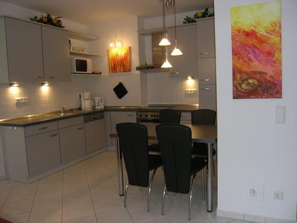 Geräumige Küche mit Essplatz. Ausstattung mit Geschirrspüler, Ceran-Kochfeld, Backherd, Mikrowelle, Kühl-Gefrier-Kombination und sehr großer Vielfalt an Küchengeräten.