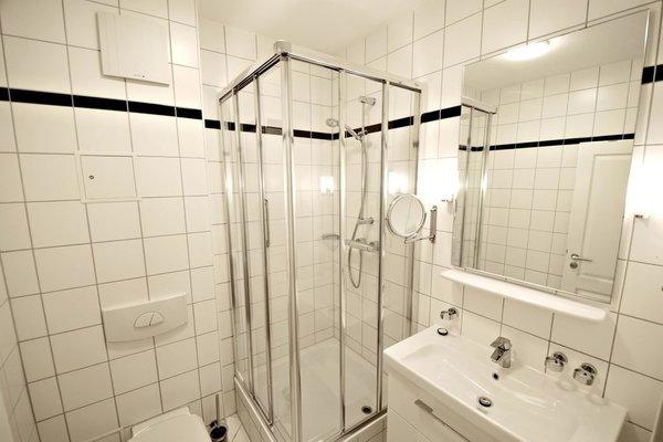 Duschbad mit Waschtisch und Kosmetikspiegel