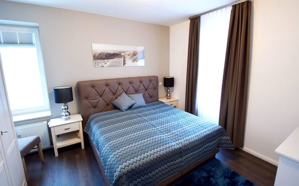 Schlafzimmer mit komfortablen Boxspringbett