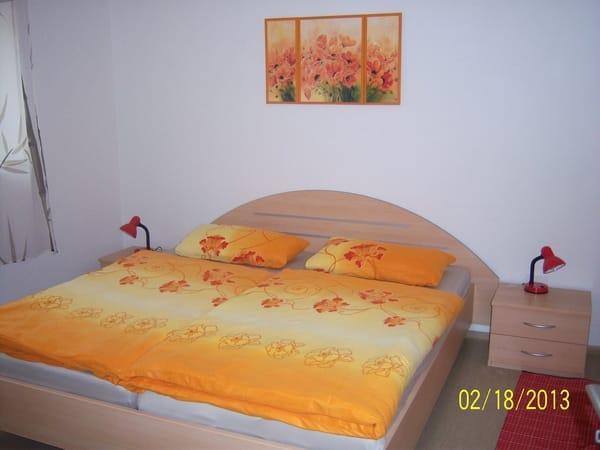 Schlafzimmer mit  Doppelbett, Kleiderschrank usw.