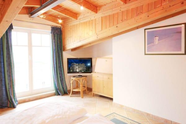 Schlafzimmer mit TV (Bild 2)