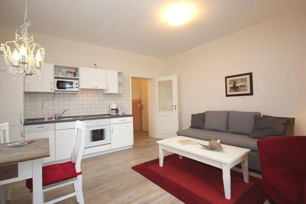 Die Wohnung hat im dem Wohnraum eine integrierte Kochzeile.