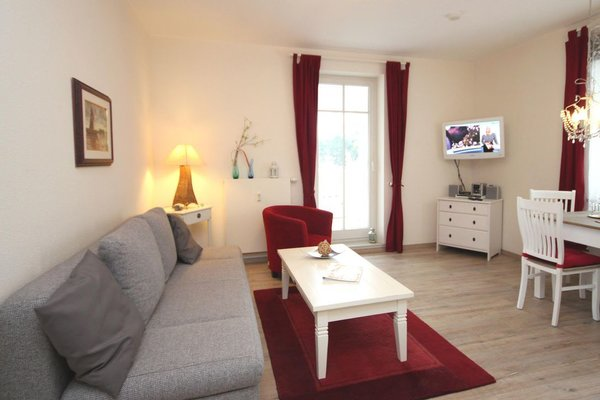 Im Wohnraum finden Sie neben der Sitzecke einen separaten Essplatz, Flatscreen TV, DVD-Player, einen kostenfreien Internetzugang (W-Lan oder Kabel) und einen CD-Player mit Radio.