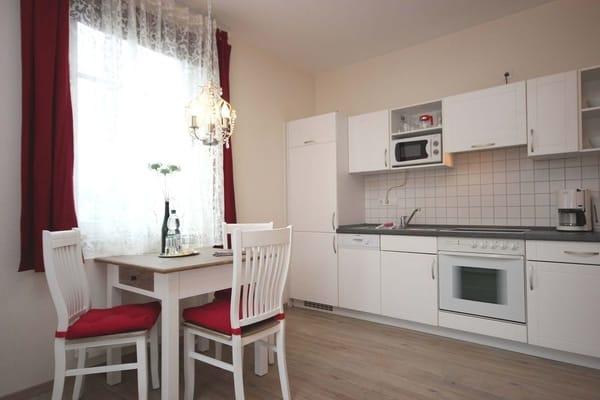 Die Küchenzeile ist mit Geschirrspülmaschine, Backofen, Mikrowelle, Kühlschrank mit Frostfach, Kaffeemaschine, Wasserkocher, Toaster und Eierkocher komplett ausgestattet.