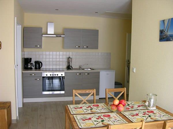 Wohnzimmer mit Küchenzeile und Esstisch