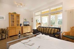 Hier der Blick in den Wohn-Schlafbereich mit Flat-TV und kostenfreiem WLAN-Anschluß.