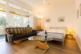 Die Küche ist vom Wohnraum durch eine Glaswand getrennt. Das Bett ist 1.40m breit.