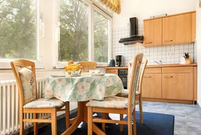 Die schöne helle Küche befindet sich im geschlossenen Balkon.