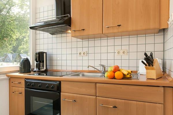 Die Küche ist komplett ausgestattet mit Backofen, Kühlschrank, Geschirr etc.