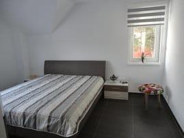 Schlafzimmer mit Doppelbett, geräumigen Schrank, TV
