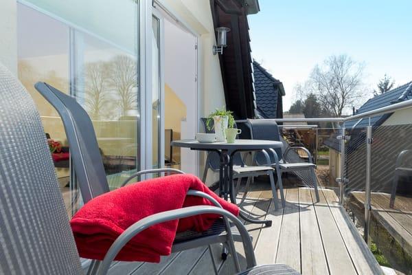 sonniger Balkon mit Balkonmöbeln für 4 Personen