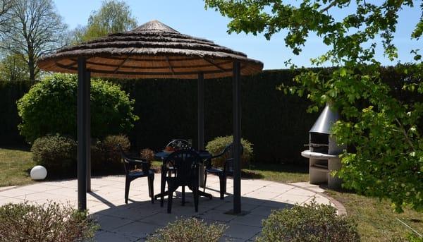 Pavillon mit Steinofengrill