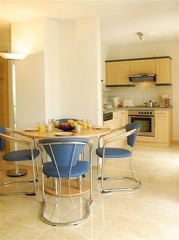 Essbereich und Küche mit Geschirrspüler