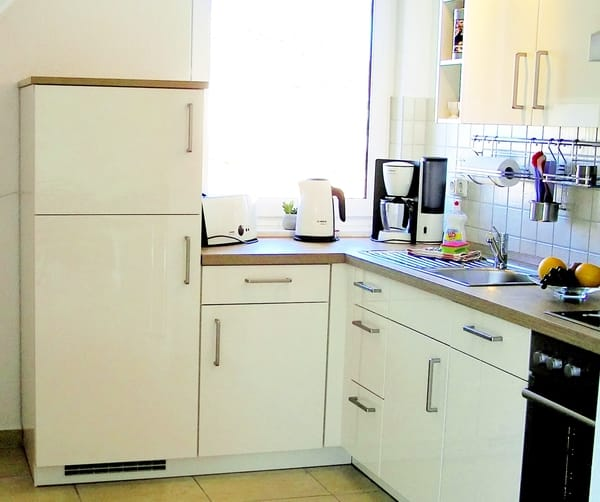 Küche mit Geschirrspüler, Herd, Ceranfeld