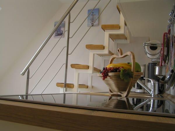 über eine Treppe gelangen Sie von der Küche in den offenen Wohn- und Schlafbereich ( Doppelbett 180x200; Zustellbett 80x200)