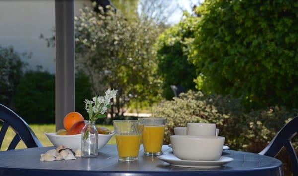 gemütliches Frühstück unterm Pavillon