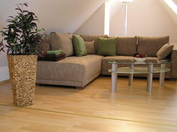 Wohnbereich mit gemütlichem Sofa und SAT-TV im  Dachgeschoss