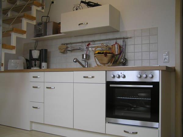 Küche mit Geschirrspüler, Herd, Kühslcharnk und Spüle