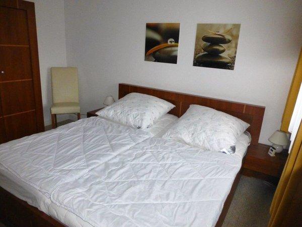 Schlafzimmer mit Jalousie