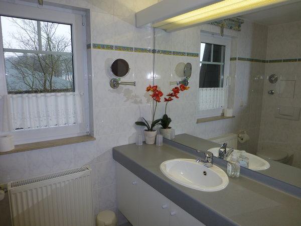 Bad mit Waschtisch von Wand zu Wand