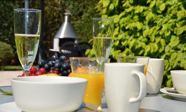 gemütliches Frühstück auf der Terrasse