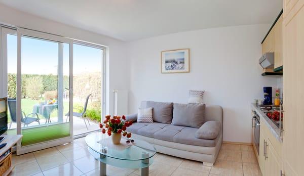 Wohnbereich mit Schlafsofa (140 x 195), SAT /TV, Kleiderschrank und Küche