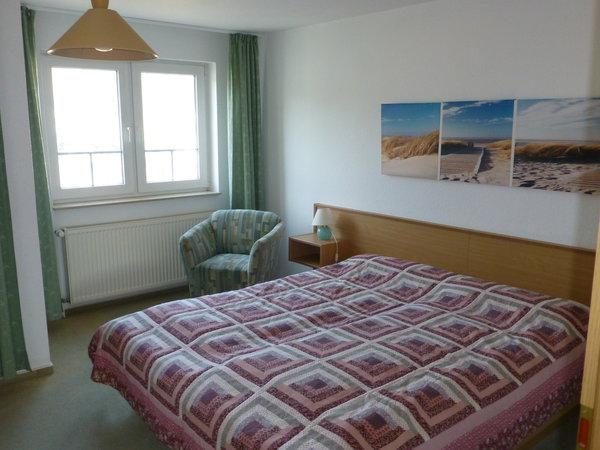 Schlafzimmer mit Doppelbett, 2x (0,90 x 2,00m).