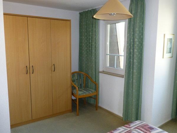 Schlafzimmer mit reichlich Schrankraum.