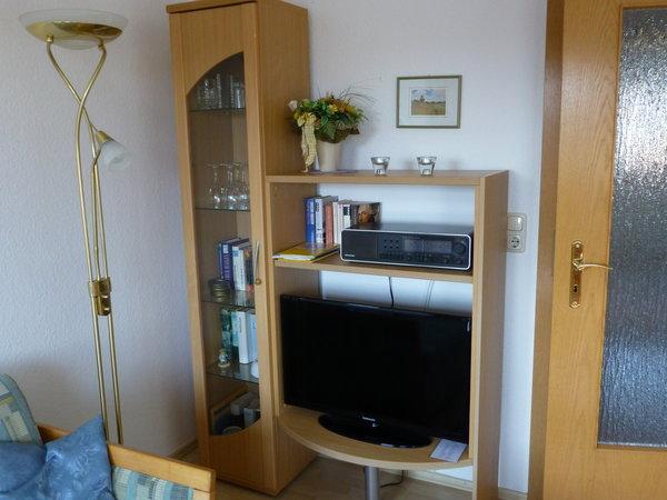 Fernsehecke mit Flachbildschirm mit Kabelfernsehen.