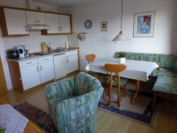 Küchenseite mit Essecke.