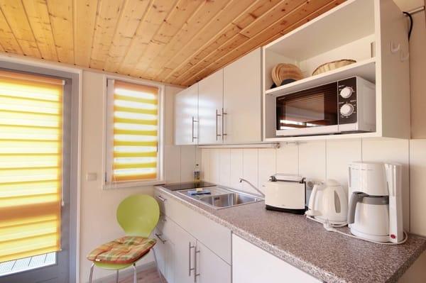 Küche mit Duschkabine