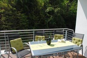 Balkon mit Sitzecke und Liegestuhl