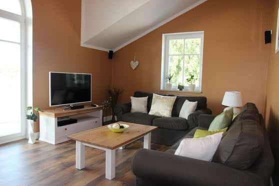 Gemütliches Wohnzimmer mit hoher Decke