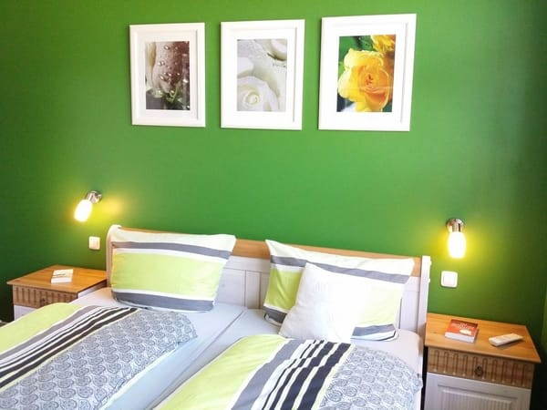 Grünes Schlafzimmer mit TV
