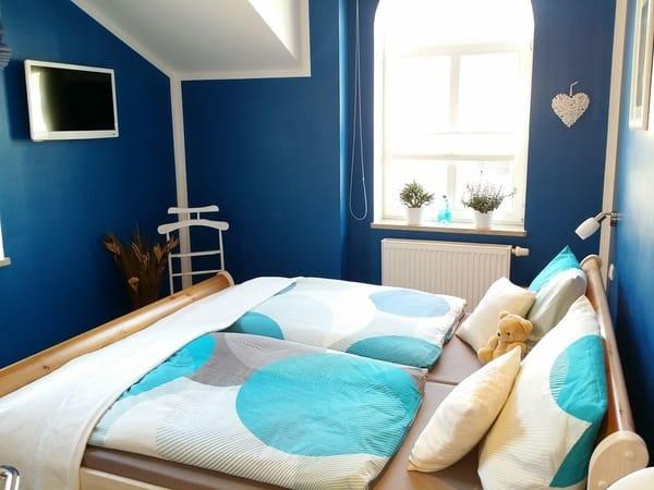 Blaues Schlafzimmer mit TV