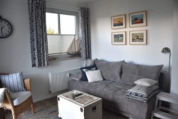 gemütliches Wohnzimmer mit Schlafcouch für 1 Person