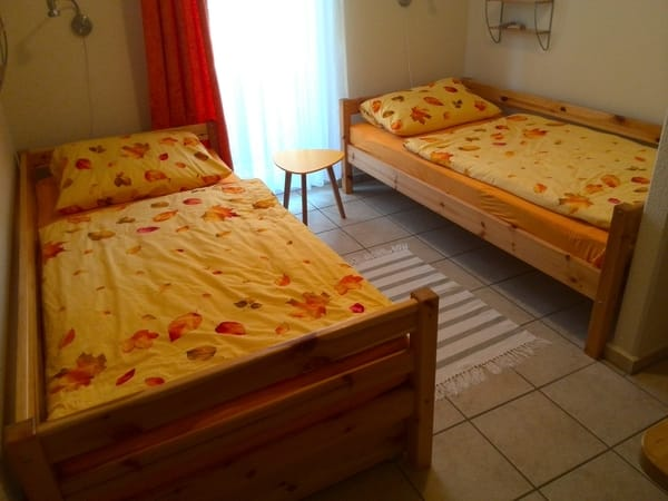 2. Schlafzimmer mit 2 Betten, Schrank, abklappbarem Tisch, 2 Stühlen