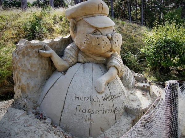 """Kater """"Fiete"""" (Sandskulptur) heißt Sie willkommen"""