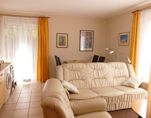 Blick in´s Wohnzimmer mit integrierter Küche